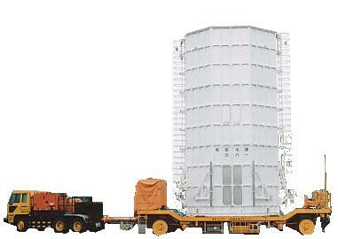 種子島宇宙センターで、棟間移動時に利用される自走半割、接続可動型の衛星保護カバー